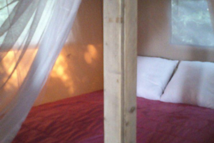 帐篷房内的大床