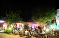 夜晚的拉帕哈斯营地餐厅酒吧