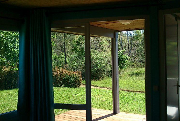 Chalet avec vue sur la nature, la forêt dans camping avec piscine