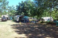 Très grand emplacement tente ombragé