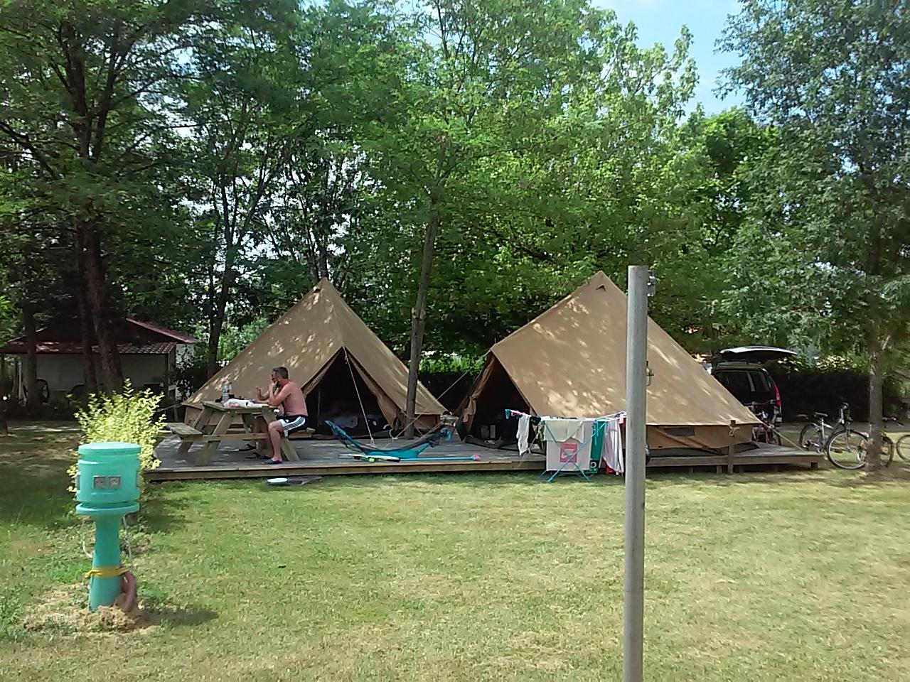 Camping dordogne camping dordogne 4 toiles for Location camping avec piscine