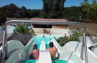 营地游泳池和水上滑滑梯
