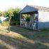 Grande terrasse ombragée sur grand emplacement location de chalet